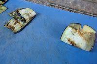 haciendo paquetes de berenjenas rellenas con trigueros y champiñones portobello