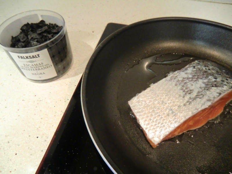Como se hace salmón a la plancha con sal negra